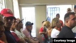 Solicitantes de asilo esperan ser atendidos en oficinas de ACNUR en Trinidad y Tobago / Foto de Archivo