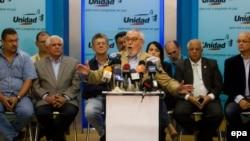 El secretario ejecutivo de la opositora Mesa de la Unidad Democrática (MUD), Ramón Guillermo Aveledo (c), habla durante una rueda de prensa hoy, martes 13 de mayo de 2014, en Caracas (Venezuela). Aveledo afirmó hoy que el diálogo iniciado con el Gobierno