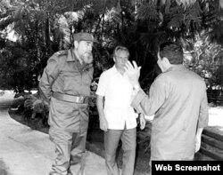 Nikolai Leonóv (centro) junto a Fidel y Raúl Castro en La Habana.