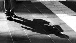 """""""Hay quienes prefieren la oscuridad para no tener que cargar con su sombra"""""""