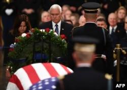 El vicepresidente Mike Pence fue uno d elos oradores en la ceremonia en honor al fallecido presidente George H.W. Bush.