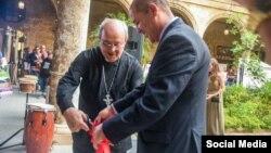El cardenal Ortega corta la cinta inaugural junto a Jorge Mandilego, Director Ejecutivo del Proyecto CubaEmprende, del Arzobispado de La Habana.