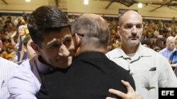 El candidato a la vicepresidencia, Paul Ryan, saluda a simpatizantes durante la Convención Nacional Republicana en Tampa.