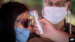 Chequeo de temperatura corporal en un punto de control en La Habana. (AP/Ramon Espinosa)
