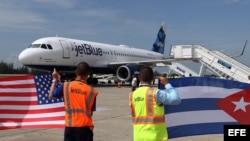 Un avión de la aerolínea estadounidense Jet Blue llega al aeropuerto Abel Santamaría de la ciudad de Santa Clara.