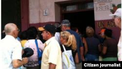 Reporta Cuba. Cola para comprar papas en Colón. Foto: Carlos Olivera.