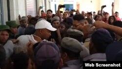 La policía arresta a un hombre en la apertura del mercado de Cuatro Caminos. (Captura de video/Cubanet)
