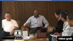 El primer vicepresidente de Cuba Salvador Valdés Mesa (c) y el ministro de Transportes Adel Yzquierdo hablan con la prensa oficial sobre el accidente aéreo del viernes.