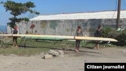 Atletas secan su embarcación en la Bahía de Jagua. Foto Alejandro Tur Valladares