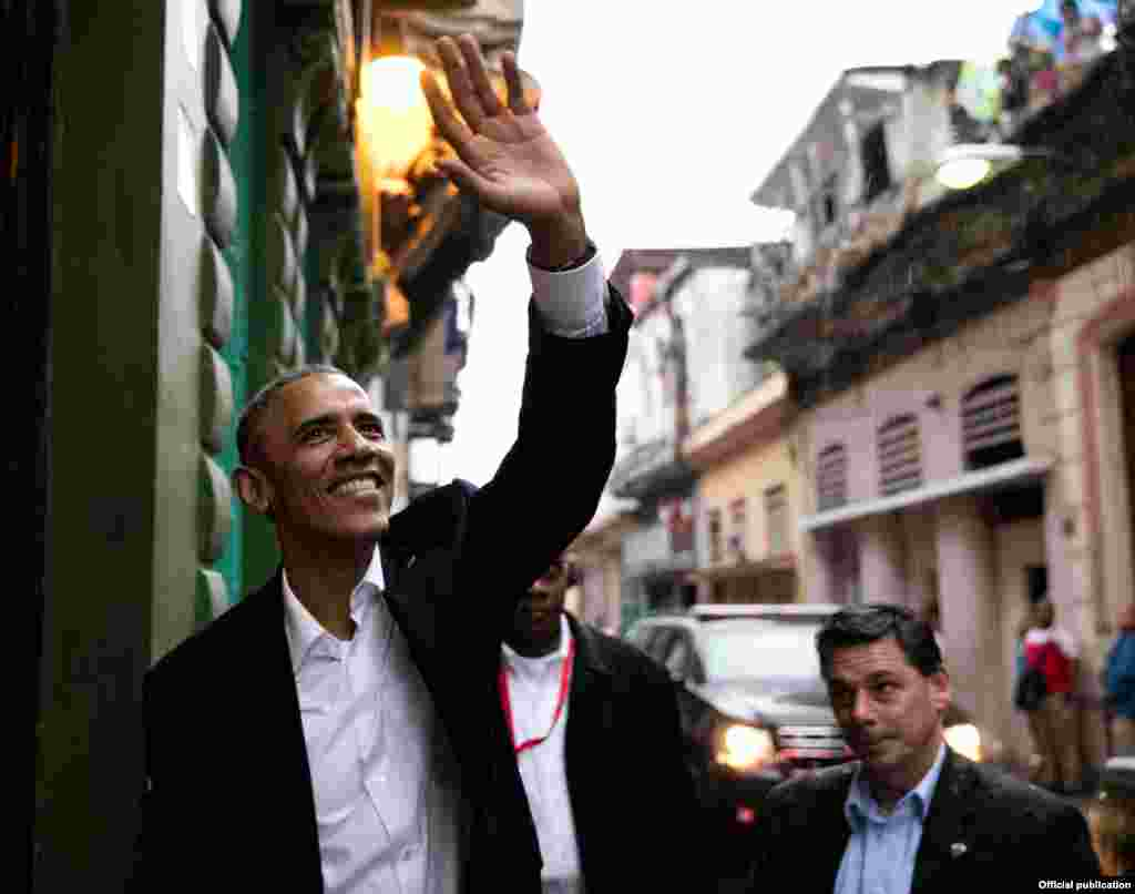 """El presidente Obama, a la entrada del restaurante """"San Cristóbal"""", saluda a los vecinos de la calle San Rafael, en Centro Habana (White House)"""