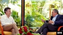 Presidente de Colombia, Juan Manuel Santos (i) y su homólogo de Cuba, Raul Castro(d) .