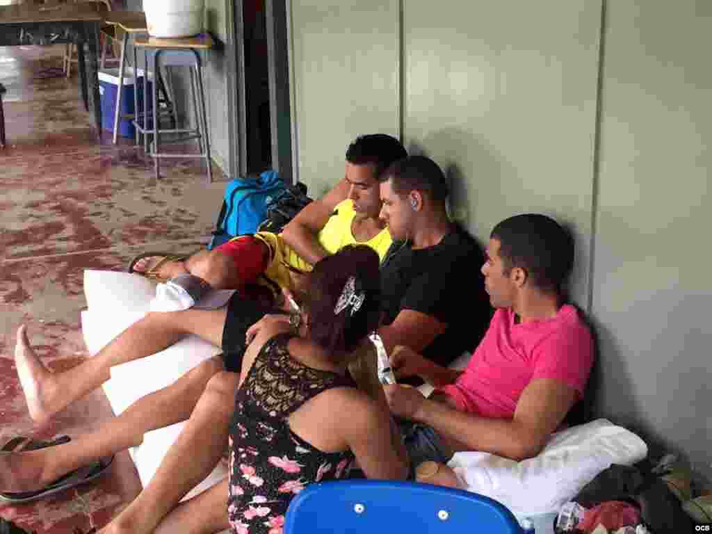 Cubanos en la frontera de Nicaragua-Costa Rica comparten celular.