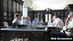 Cientificos estadounidenses discuten la cooperación con sus similares cubanos en la sede de la Academia de Ciencias de Cuba.