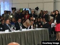 La vocera de la Coalición cubana, Mirtia Brossard interrumpe discurso de presidente de la OEA en Cumbre de Lima, Perú.