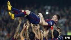 Messi es lanzado al aire por sus compañeros de equipo.
