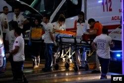 Médicos ayudan a los heridos tras el atentado perpetrado en el mayor aeropuerto de Estambul.