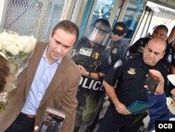 Polo sostiene el ramo de rosas blancas que le entregaron los cubanos en Reynosa.