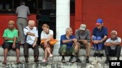 Un grupo de ancianos conversa en la puerta de una bodega en La Habana. Los jubilados y los que reciben asistencia social no verán aumentos en sus ingresos (Archivo).