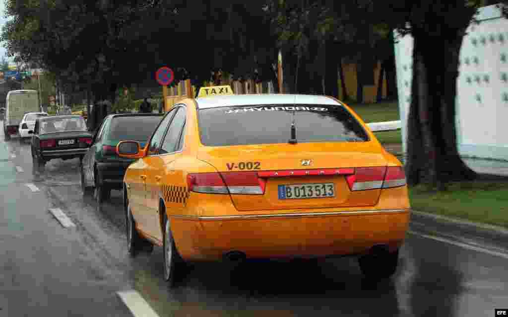"""Mediante un contrato, el Estado arrendará los autos a los taxistas que asumirán """"los gastos de mantenimiento, el pago del combustible, y parte de la reparación del vehículo"""". Además, pagarán impuestos """"en dependencia de sus ingresos""""."""