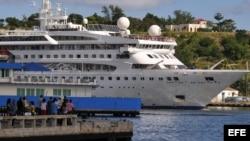 Cubanos le toman fotos al buque Gemini, de la compañía española Happy Cruises.