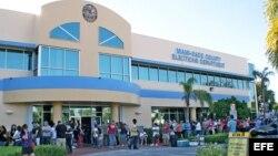 Varias personas esperan su turno para votar el 4 de noviembre de 2012, en el condado de Miami-Dade, Florida (EEUU).