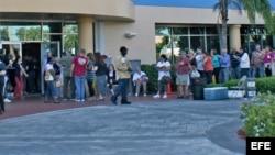 Fotografía de archivo de varias personas que se disponen a votar en el condado de Miami-Dade, Florida (EEUU).