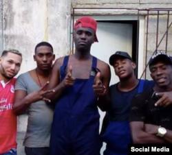 Chocolate MC, al centro, rodeado de sus seguidores en Cuba.