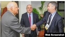 Ricardo Cabrisas saluda a al viceministro de Asuntos Exteriores y Cooperación Internacional de Italia, Mario Giro.