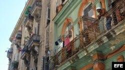 Un cubano permanece en su balcón en La Habana, Cuba.