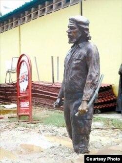 Estatua sin botas del Che en los patios de Fundaimagen, en San Carlos, estado Cojedes.