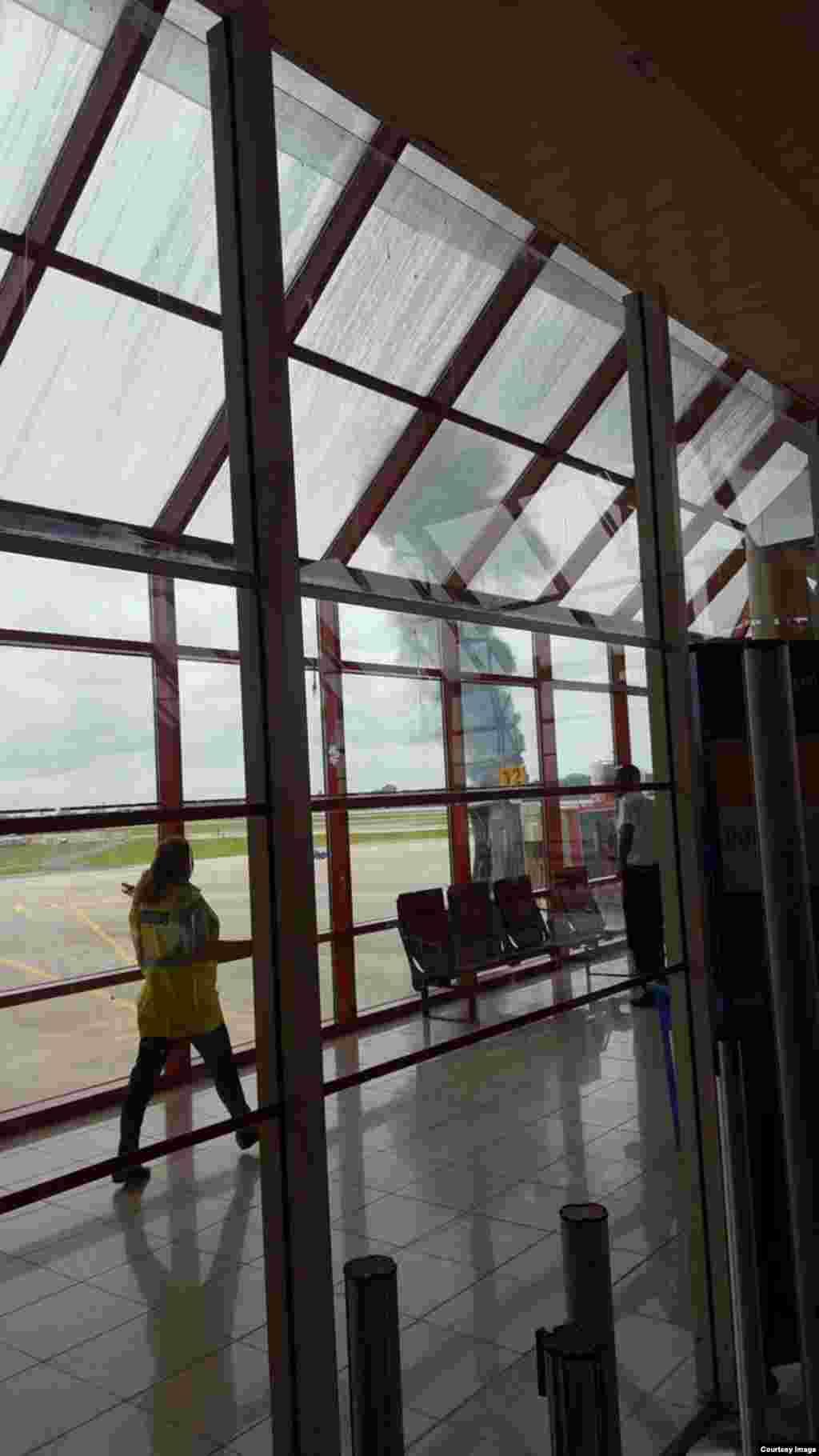 Avión de Cubana de Aviación se estrella en La Habana, Cuba. Tomado del Twitter de Prensa Latina