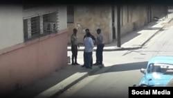 Efectivos policiales vigilaron la sede nacional de UNPACU en Santiago de Cuba al anuncio de la Marcha de los Girasoles, el 8 de septiembre. (Facebook).