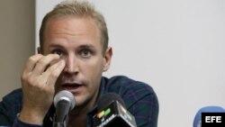 El sueco Jens Aron Modig (c), retenido en Cuba tras el accidente en el que murió Oswaldo Payá, se dispone a ofrecer una rueda de prensa hoy, lunes 30 de julio de 2012, en La Habana (Cuba). Modig explicó que viajó a la isla siguiendo instrucciones de su p
