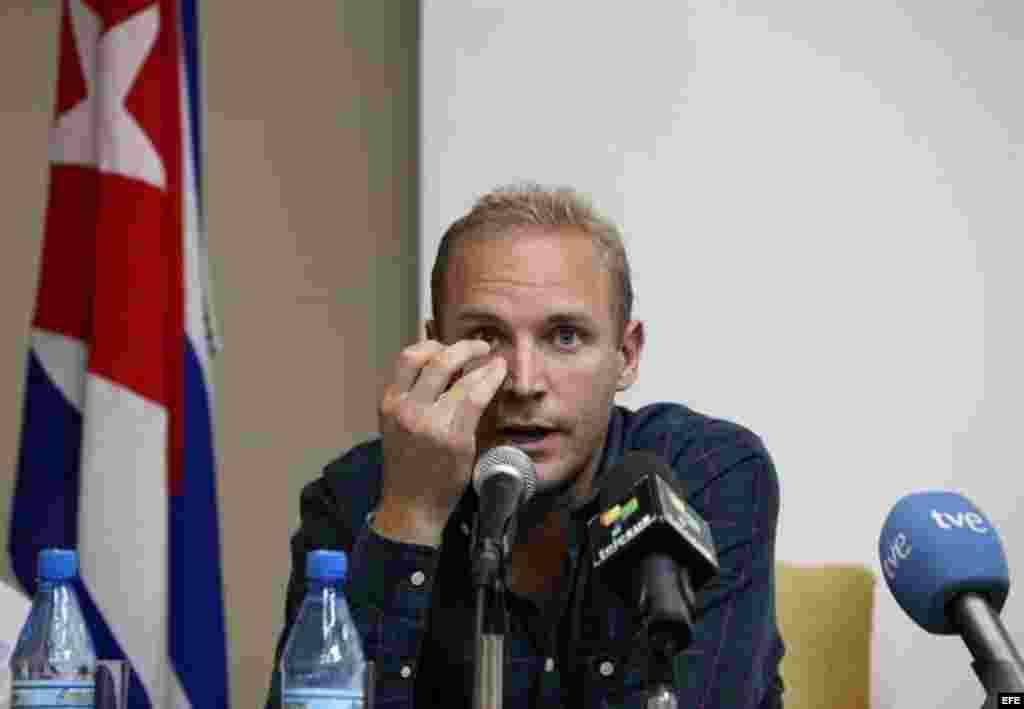 El sueco Jens Aron Modig (c), retenido en Cuba tras el accidente en el que murió Oswaldo Payá, se dispone a ofrecer una rueda de prensa hoy, lunes 30 de julio de 2012, en La Habana (Cuba). Modig explicó que viajó a la isla sigu