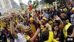 Un grupo de personas celebra el segundo gol de Colombia frente a Grecia el sábado 14 de junio de 2014, en Bogotá (Colombia).