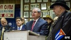 Bob Menéndez, de origen cubano, habla junto a miembros de la Unión De Expresos Políticos Cubanos de Nueva Jersey, como reacción a la muerte del líder cubano Fidel Castro