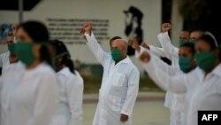 Médicos cubanos en una ceremonia antes de salir de misión.