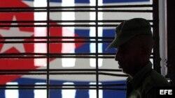 Un militar cubano custodia un pasillo de la prisión Combinado del Este, en La Habana. (Archivo)