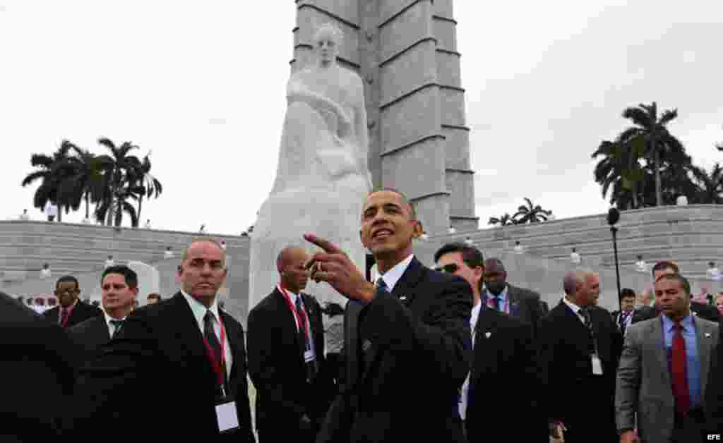 El presidente de Estados Unidos Barack Obama durante la ofrenda floral ante el monumento del prócer cubano José Martí hoy, lunes 21 de marzo de 2016, en la Plaza de la Revolución en La Habana.