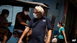 Residentes en La Habana Vieja usan máscaras como precaución ante la pandemia de coronavirus. (AP/Ramon Espinosa)