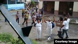 Damas de blanco, al momento de ser arrestadas el domingo 12 de agosto de 2018. (CORTESIA DAMAS DE BLANCO).