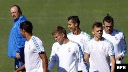 El entrenador del Real Madrid Rafael Benítez (i) y jugadores del equipo.