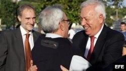 El ministro de Asuntos Exteriores de España, José Manuel García-Margallo, saluda al historiador de La Habana Eusebio Leal al inicio de un recorrido por el Centro Histórico de La Habana.