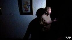 Una mujer habla en su casa ubicada en Maracaibo durante un corte de luz .