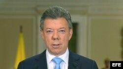 Fotografía cedida por la Presidencia de Colombia que muestra al presidente Juan Manuel Santos durante una alocución el miércoles 20 de noviembre de 2013, en Bogotá, Colombia