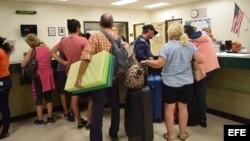 Residentes de Florida ingresan en albergues ante peligro por huracán Irma
