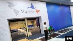 Trabajadores realizan labores de adecuación al centro de convenciones donde se realizará la VII Cumbre de las Américas, en Ciudad de Panamá.