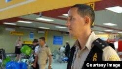 Un oficial de Aduana en el Aeropuerto Internacional José Martí de La Habana.