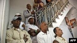 Primero a la izquierda el líder opositor Manuel Cuesta Morúa junto a creyentes de la religión Yoruba. Foto Archivo.