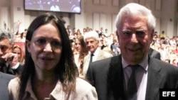La diputada venezolana María Corina Machado, acompañada por el escritor peruano Mario Vargas Llosa.